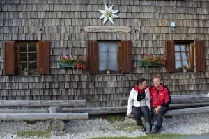 Inge und Paul vor der Hütte